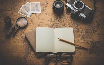 очки, карта, фотоаппарат, лупа, карандаш, блокнот, нитки