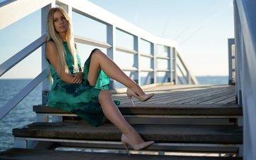девушка, море, платье, блондинка, взгляд, причал, ножки, волосы, лицо, туфли, моника, jörgen petersen