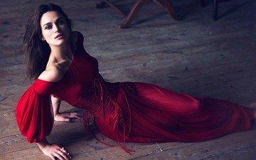 девушка, платье, взгляд, волосы, лицо, красное платье, кира найтли, на полу