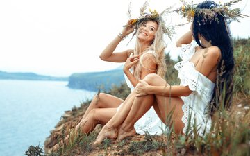 река, платье, блондинка, брюнетка, лето, радость, девушки, ножки, веселье, венки