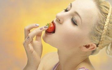 рука, настроение, ягода, клубника, модель, лицо, макияж, косичка, маникюр