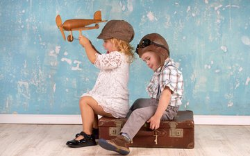 самолет, шлем, дети, девочка, игрушка, игра, мальчик, друзья, кепка, чемодан