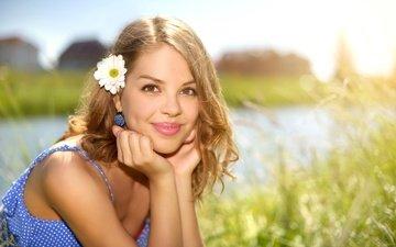 трава, зелень, девушка, поза, цветок, улыбка, портрет, взгляд