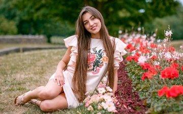 цветы, девушка, платье, улыбка, взгляд, ножки, лицо, клумба, длинные волосы, кареглазая, saulius ke