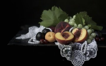 виноград, фрукты, черный фон, абрикос, салфетка, персик, ожерелье, натюрморт, сливы