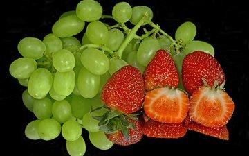 отражение, виноград, клубника, черный фон, ягоды