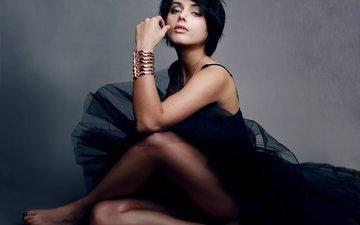 девушка, поза, брюнетка, взгляд, ножки, волосы, лицо, актриса, черное платье, браслеты, амрита акария