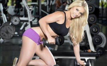 блондинка, улыбка, модель, фитнес, гантели, тренажерный зал