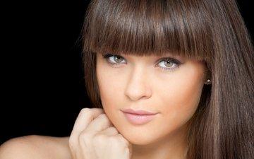 девушка, портрет, взгляд, модель, черный фон, губы, лицо, длинные волосы, челка