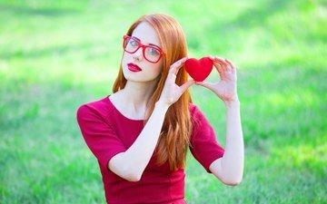 девушка, платье, поза, сердечко, взгляд, очки, любовь, волосы, лицо, руки, красные губы, рыжеволосая
