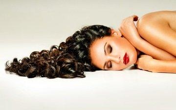 девушка, брюнетка, лежит, модель, лицо, макияж, красные губы, кудрявая
