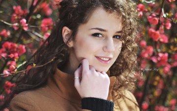 цветение, девушка, улыбка, ветки, взгляд, волосы, лицо, пальто, кудрявая