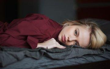 рука, девушка, блондинка, модель, лицо, голубые глаза, длинные волосы, лежа, в постели