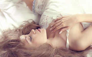 девушка, модель, профиль, лицо, постель, длинные волосы, голое плечо
