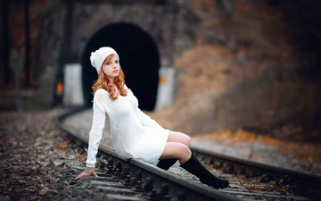 железная дорога, рельсы, девушка, взгляд, осень, рыжая, модель, сидит, ножки, лицо, шапочка, рыжеволосая