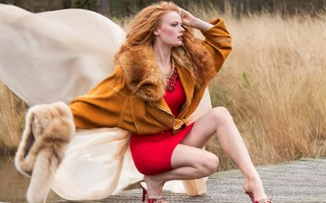 девушка, поза, рыжая, модель, профиль, ножки, мех, красное платье