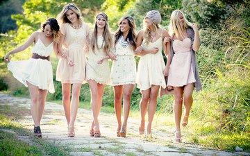 природа, девушки, прогулка, белое платье, улыбки, подружки