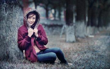 дерево, улыбка, азиатка, куртка, капюшон