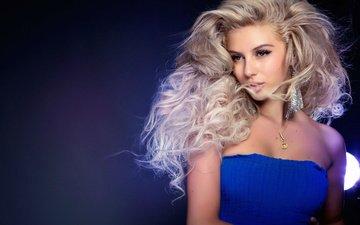 девушка, блондинка, взгляд, модель, волосы, лицо, сёрьги, екатерина фетисова, голые плечи, синее платье