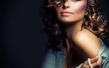 рука, девушка, портрет, взгляд, модель, лицо, бусы, макияж, длинные волосы, голое плечо