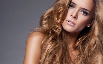 девушка, блондинка, взгляд, модель, макияж, вьющиеся волосы
