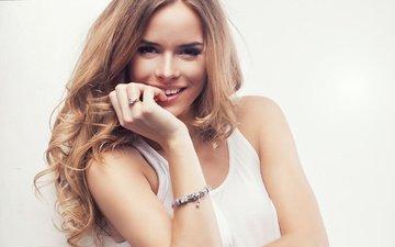 рука, девушка, блондинка, улыбка, взгляд, модель, браслет, макияж