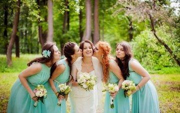 цветы, девушки, букет, свадьба, поцелуй, невеста, фотосессия, размытие, красива, подруги, венчание