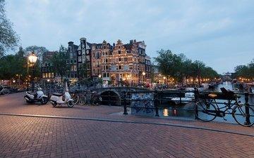 деревья, фонари, огни, вечер, река, яхты, канал, дома, мосты, катера, нидерланды, велосипеды, амстердам