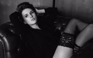 девушка, взгляд, чёрно-белое, модель, ножки, чулки, волосы, лицо