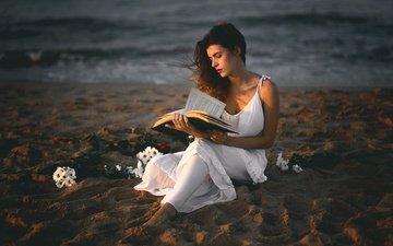 цветы, девушка, песок, пляж, модель, книга, белое платье, чтение, ana valenciano