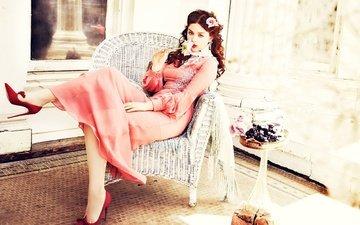платье, роза, сидит, актриса, макияж, туфли, в красном, в кресле, фотосессия, ellen von unwerth, одейя раш