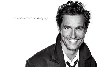 улыбка, взгляд, чёрно-белое, актёр, лицо, пальто, мэттью макконахи, дилан о'брайен
