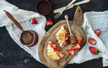 клубника, кофе, завтрак, круассаны, разделочная доска