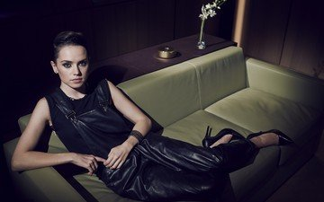 pose, actress, sofa, black dress, daisy ridley