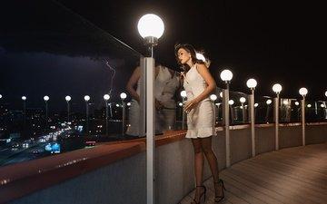 фонари, тучи, девушка, молния, взгляд, ночной город, улица, в белом