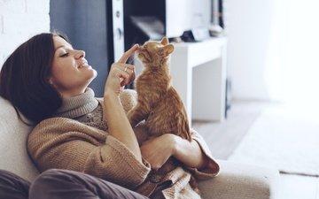 девушка, улыбка, палец, брюнетка, котенок, сидит, свитер, на диване