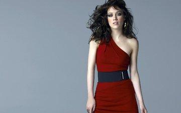 стиль, девушка, платье, брюнетка, взгляд, волосы, лицо, актриса, певица, хилари дафф, голое плечо
