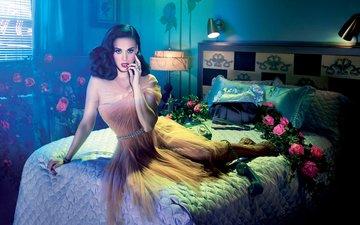 свет, цветы, девушка, подушки, платье, взгляд, волосы, лицо, певица, кровать, телефон, кэти перри