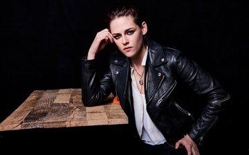 девушка, портрет, взгляд, кристен стюарт, черный фон, лицо, актриса, кожаная куртка