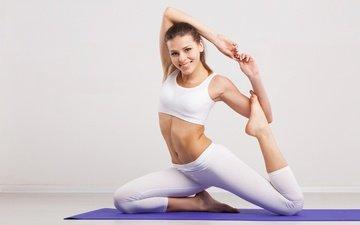 девушка, улыбка, модель, фитнес, йога, тренировки, леггинсы, упражнения