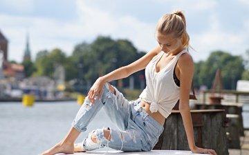 девушка, блондинка, модель, джинсы, майка, сидя, босиком, голые плечи, рваные джинсы, рванные джинсы