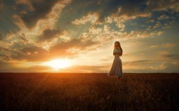 небо, облака, солнце, девушка, платье, поле, взгляд, волосы, tj drysdale, nacho zàitsev