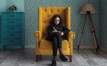 девушка, взгляд, очки, комната, волосы, лицо, кресло, максим гусельников