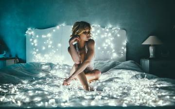 девушка, блондинка, модель, гирлянды, кровать, огоньки, гирлянда, ben parker