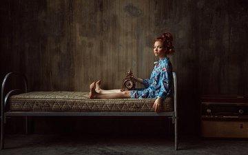 девушка, взгляд, часы, модель, сидит, лицо, на кровати, рыжеволосая, георгий чернядьев, оксана бутовская