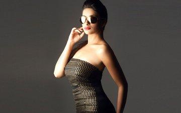 девушка, поза, улыбка, брюнетка, модель, волосы, лицо, актриса, красивая, знаменитость, болливуд, индийская, солнцезащитные очки, мадхурима банерджи