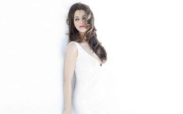 девушка, взгляд, волосы, лицо, актриса, белый фон, белое платье, индийская, мадхурима банерджи