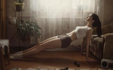 девушка, утро, поза, модель, комната, ножки, шорты, фитнес, зарядка, гантели, david dubnitskiy