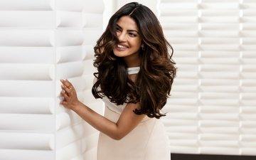 девушка, улыбка, взгляд, волосы, лицо, актриса, белое платье, индийская, приянка чопра