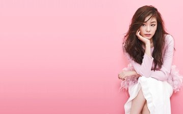 девушка, взгляд, волосы, лицо, азиатка, розовый фон, сидя, yuna kim, kim yuna